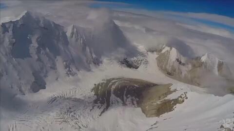 Un ruso realiza un salto que pocos se atreverían desde los Himalayas