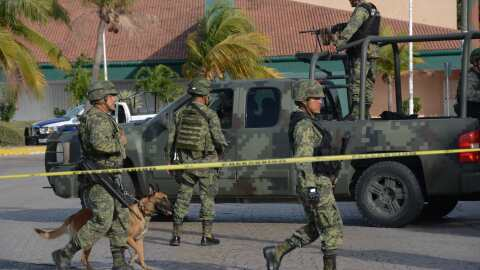 Soldados mexicanos realizan un operativo en la ciudad turística de Cancú...
