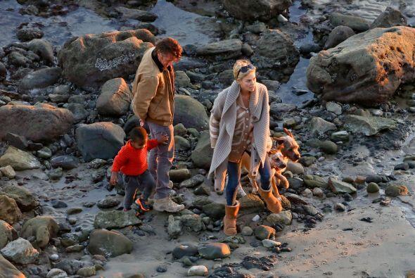 Ahora disfrutaron de un romántico paseo en la playa. Más videos de Chism...