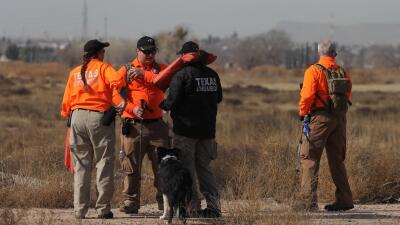 Miembros del equipo de búsqueda y rescate de Texas acompañados por perro...