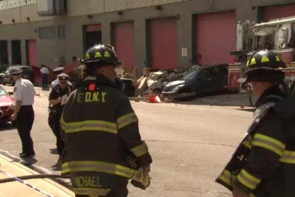 Decenas de bomberos y personal de emergencia acudió a la escena.