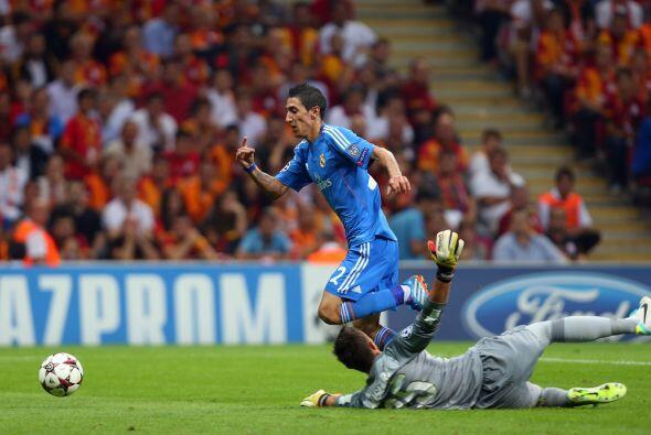 El joven español Isco abrió la cuenta goleadora para la visita y apenas...