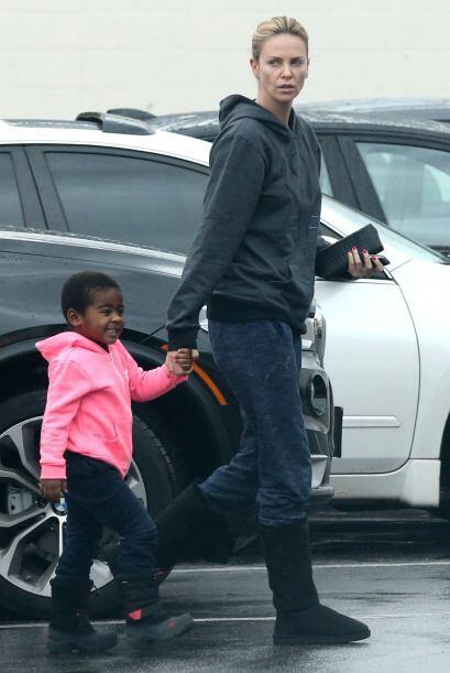 El hijo de Charlize Theron, Jackson, está más inclinado por usar ropa de...