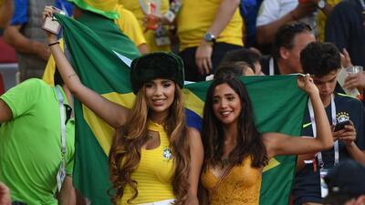 La fiesta de las fanáticas de Brasil y Serbia en la definición del grupo E del Mundial
