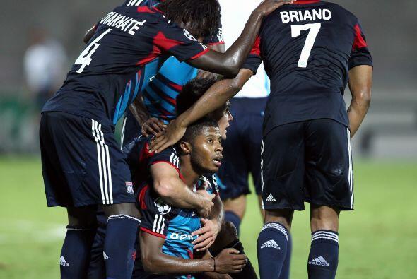 El atacante brasileño Michel Bastos firmó dos tantos y el Olympique Lyon...