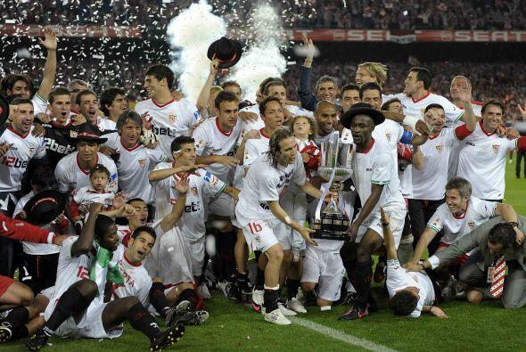 El Sevilla cerró su temporada 2009-10 levantando la Copa del Rey, la qui...
