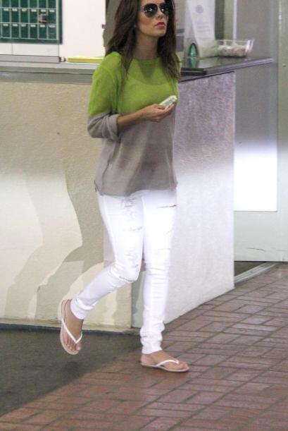Ligera y fresca se dejó ver Eva Longoria con unos jeans blancos y...