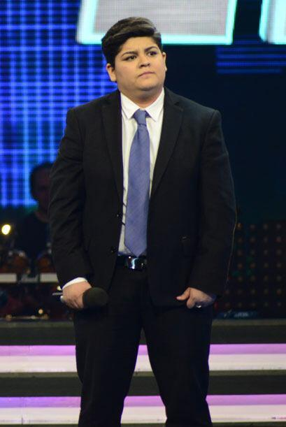 Un traje oscuro, con todo y corbata.