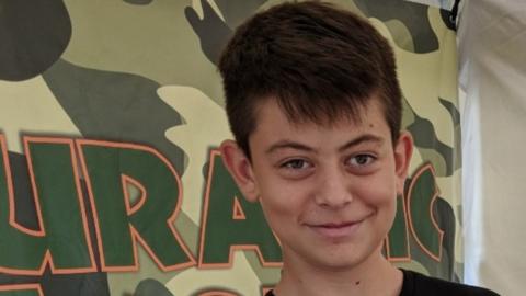 Dylan era el mediano de tres hermanos y solía jugar basketball y...