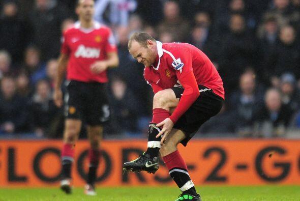 El delantero inglés se retiró lesionado  tras sufrir una lesión en el to...