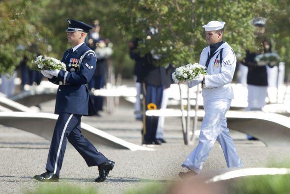 Miembros de las fuerzas estadounidenses dejaron ofrendas en el sitio de...