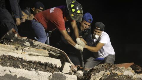 Trabajadores de rescate y voluntarios continúan buscando sobrevivientes...