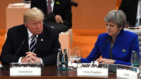 La primera ministra de Reino Unido, Theresa May (dcha.), invitó e...