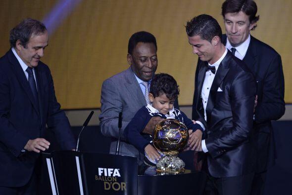 El portugués subió al estrado acompañado por su hijo.