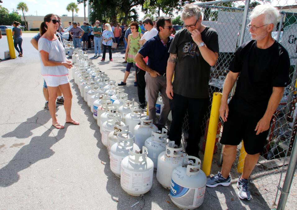 Una fila para comprar gas doméstico, en Boca Raton, al norte de M...