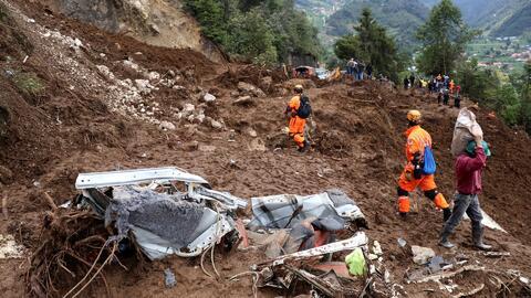 En video, un devastador deslave sepultó casas y vehículos en Guatemala