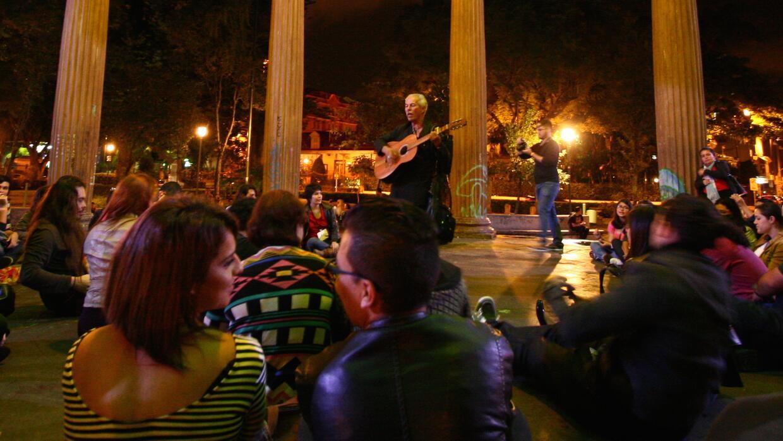 Jóvenes disfrutan de un evento en el Parque Morazán, en el centro de San...