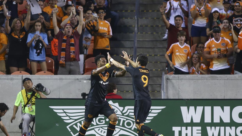 """Giles Barnes y Erick """"Cubo"""" Torres celebran gol para Houston Dynamo"""