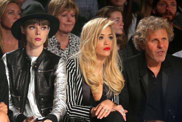 Rita Ora no perdió ningún detalle de la presentación.
