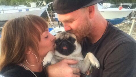 Tanner Broadwell y Nikki Walsh junto a su perro pug de dos años.