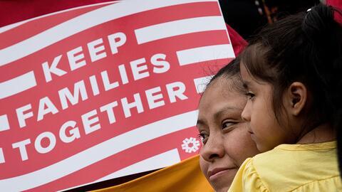 La inmigrante mexicana Nieves Ojendiz sostiene a su hija de cuatro a&nti...