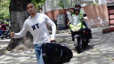 En fotos: el músico arrestado en una protesta en la que no participaba en Venezuela