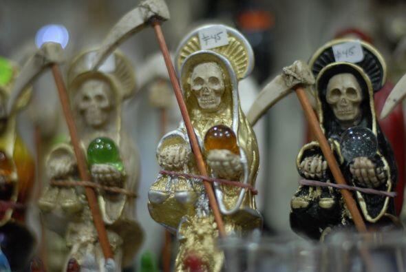 """En el lado místico del mercado, resaltan las imágenes de """"La Santa Muert..."""