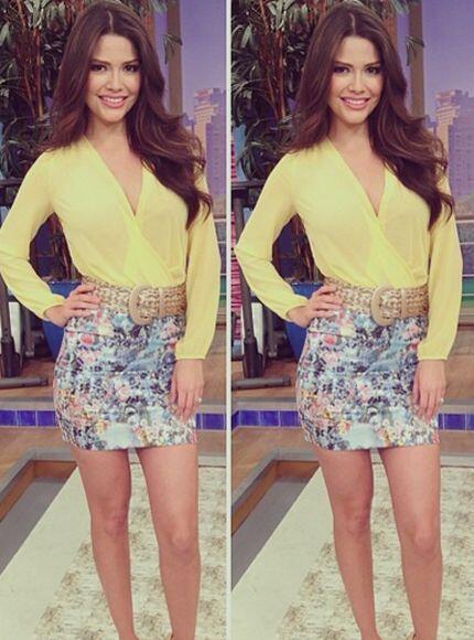 Enero 16, 2014: Blusa amarilla, falda estampada.