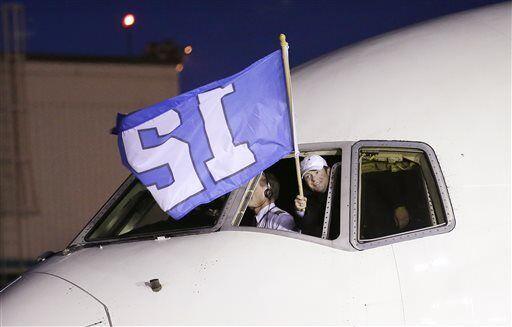 La bandera del jugador número 12 precedió al equipo campeón de la NFL (A...