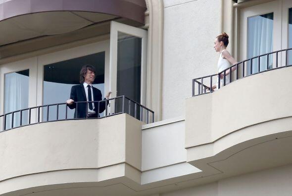 Según la agencia de fotos, ¡incluso se la estaba ligando! &...