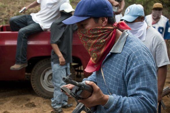 Además en los retenes hay niños, mujeres y hombres armados con palos, pi...