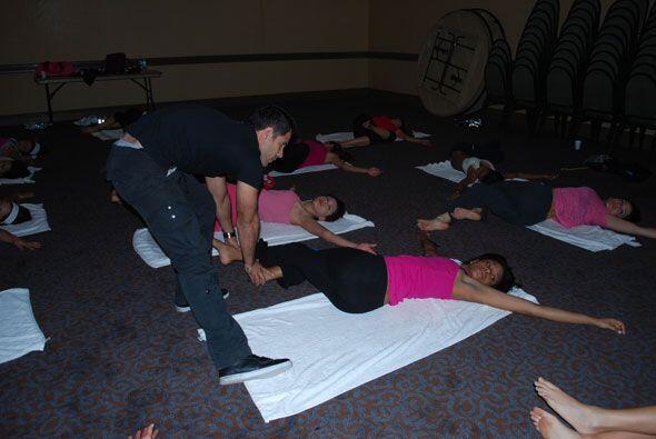 José le ayudó a las chicas a hacer los movimientos con firmeza.