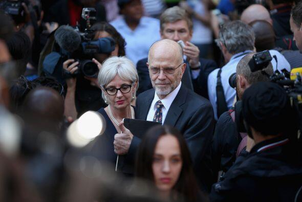 Lois y Arnold Pistorius, tíos de Oscar Pistorius, abandonan el Tribunal.