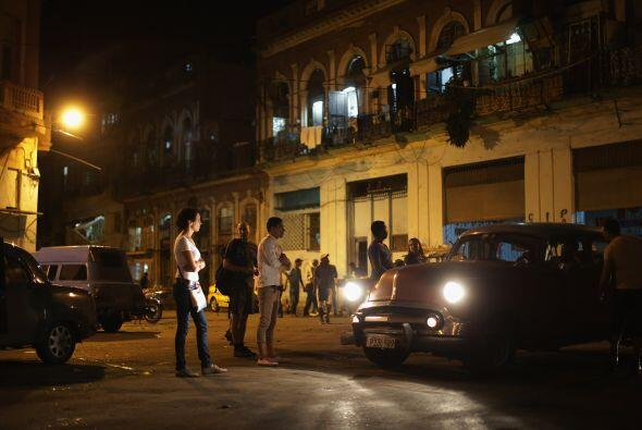 Al anochecer los cubanos buscan un taxi que los lleve a casa despu&eacut...