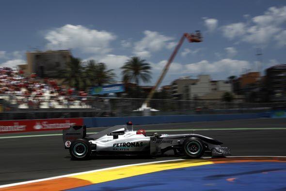 El japonés Kamui Kobayashi de la Sauber se mantuvo en los primeros lugar...