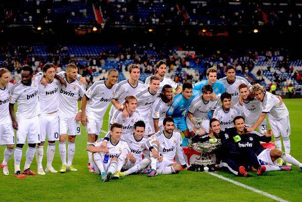 Todo el plantel del Real Madrid posó con la copa luego de concluido el d...
