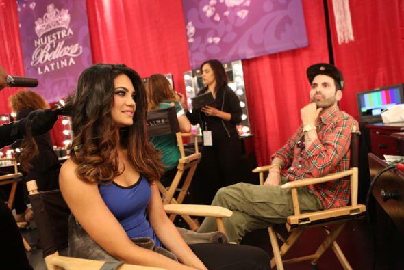 Jomari estuvo en el backstage, muy al pendiente de todo lo que le hac&ia...