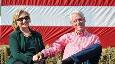 Favores políticos a donantes de Fundación Clinton continúan ensombreciendo la campaña demócrata