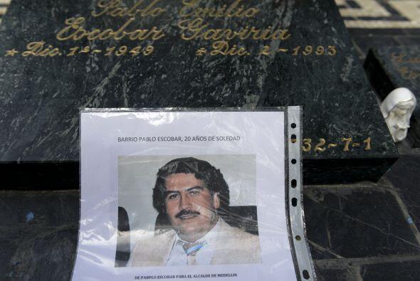 Una imagen del narcotraficante colombiano Pablo Escobar se ve sobre su t...