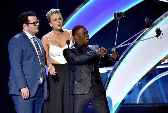 """Kevin exageró un """"poquito"""" con el uso de sus selfie-sticks, para captar..."""