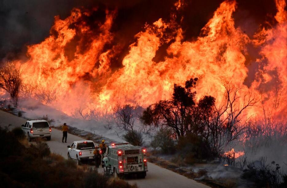 Miles de bomberos han luchado contra el feroz fuego Thomas, que -según c...