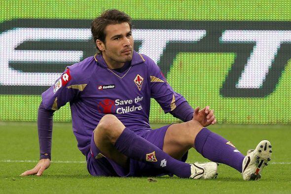 Adrian Mutu, delantero de Rumania y la Fiorentina, utiliza la misma ropa...