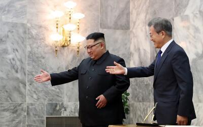 El presidente de Corea del Sur, Moon Jae-in (d) y el líder norcor...