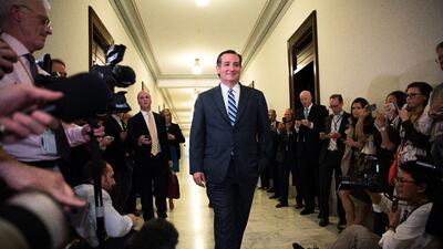Ted Cruz es recibido por la prensa al llegar a su oficina en el Senado e...