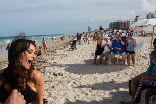 La sexurity también mostró sus curvas en la playa.
