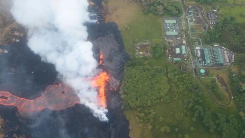 Vista aérea de uno de los ríos de lava del volcán Kilauea dirigiéndose h...