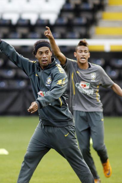´Acá, tira la bola acá´ parecen decir Ronaldinho y Neymar en la práctica...