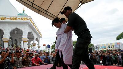 En fotos: El castigo a dos hombres acusados de mantener relaciones homosexuales en Indonesia