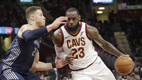 LeBron James de los Cleveland Cavaliers conduce contra Blake Griffin de...