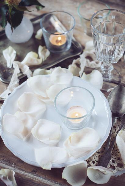 Si optaste por el estilo cine puedes agregar velas y flores sofisticadas...